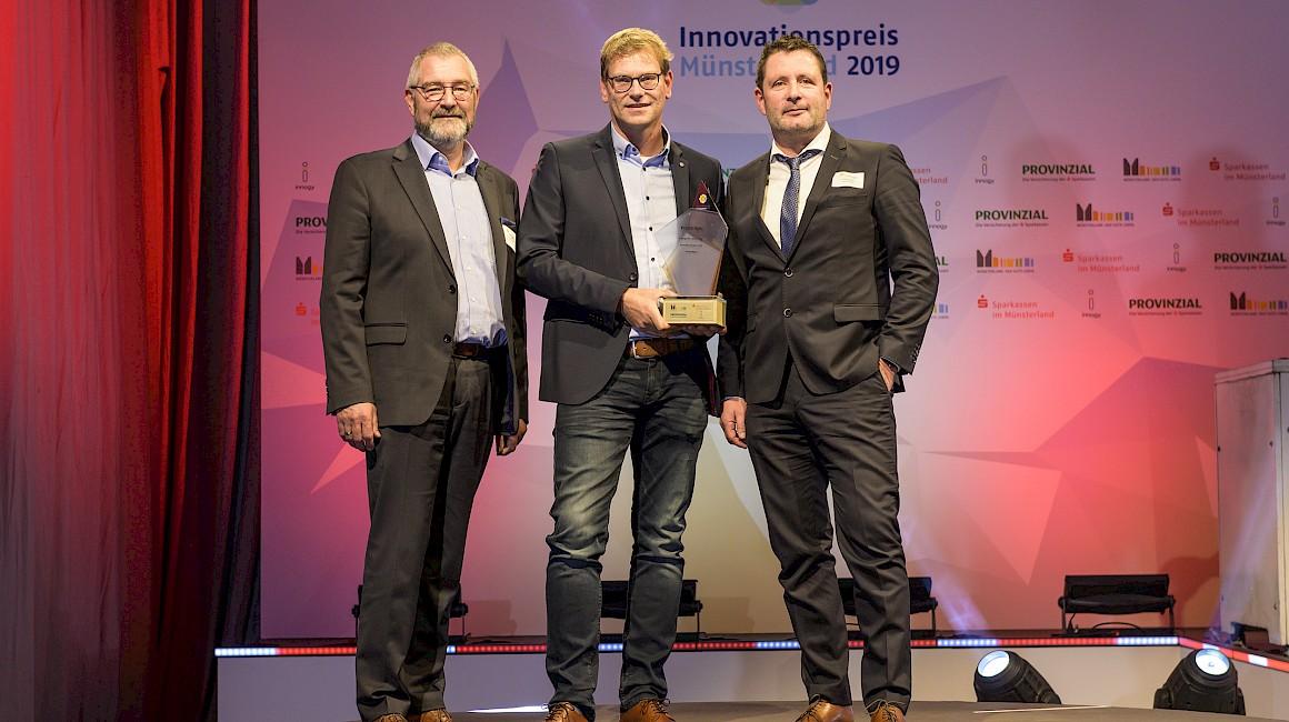 """Preisträger Kategorie """"Start-Up"""": Die PollerMax GmbH aus Heek mit Laudator Hermann-Josef Stascheit."""