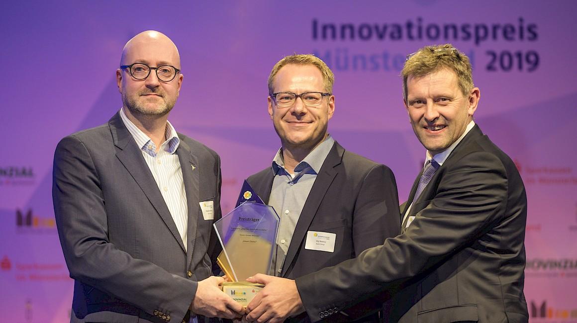 """Preisträger Kategorie """"Digitale Geschäftsmodelle"""": Die Eucon Group aus Münster mit Laudator Harald Heß."""