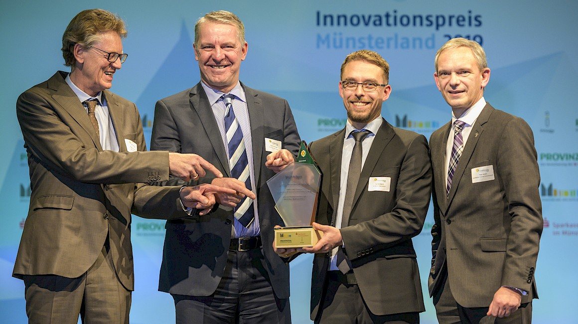 """Preisträger Kategorie """"Wissenschaft trifft Wirtschaft"""": Die EMPAC GmbH aus Emsdetten, die FH Münster und Laudator Peter Börsch."""