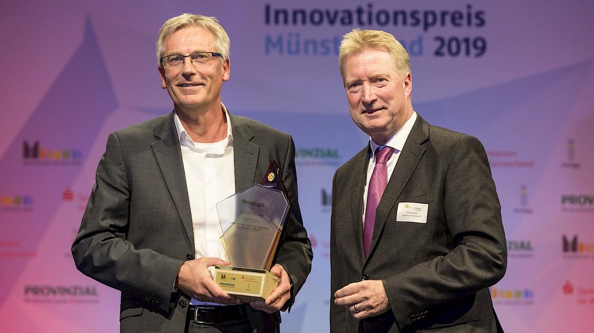 """Preisträger Kategorie """"Wirtschaft"""": Hengst SE aus Münster zusammen mit Laudator Frank Knura."""