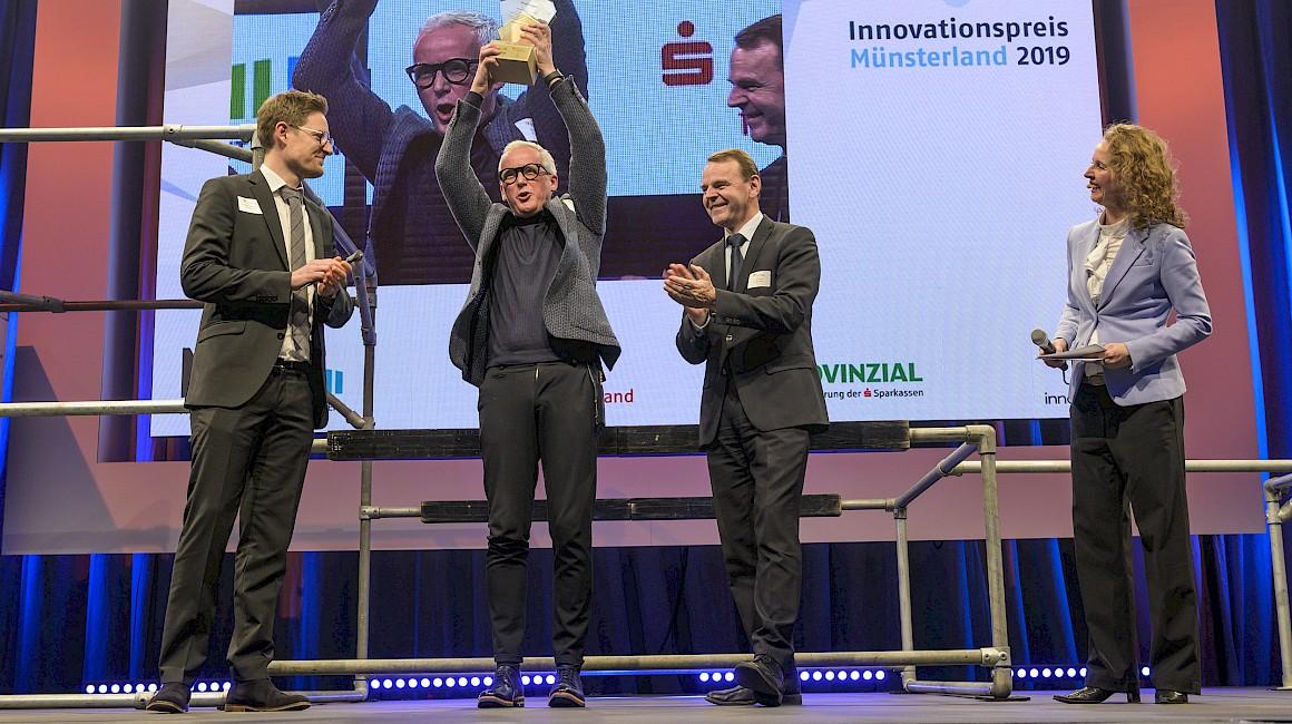 """Preisträger Kategorie """"Klein und pfiffig"""": Die 360° Haare GmbH aus Oelde zusammen mit Laudator Dr. Fritz Jaeckel."""
