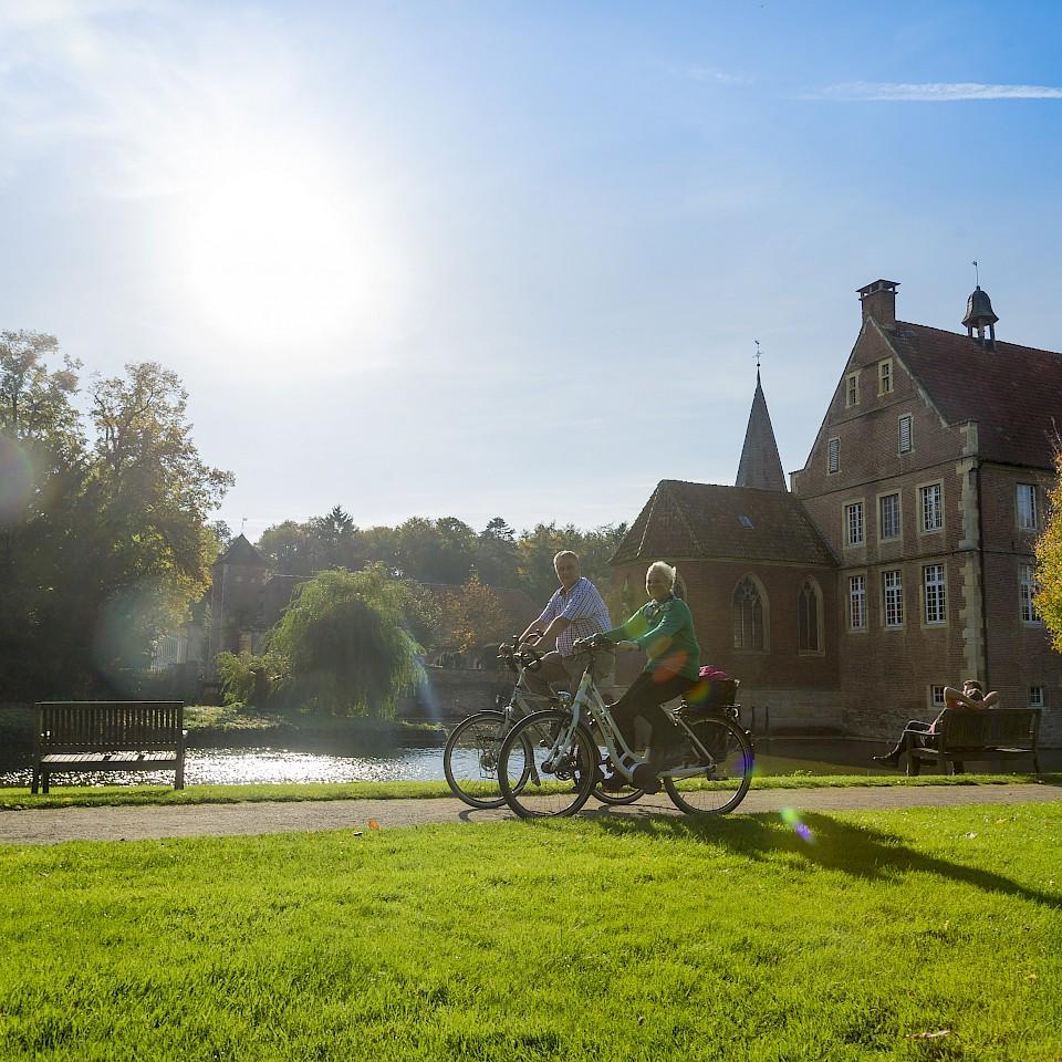 Radfahren an der Wasserburg Anholt