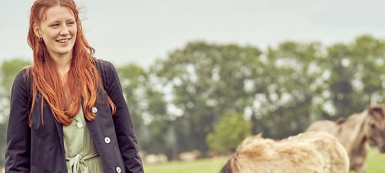 Charlotte Krafft bei den Dülmener Wildpferden