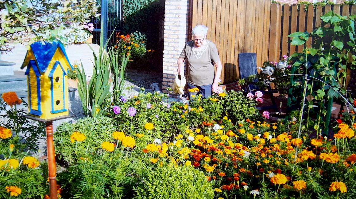 Die Gewinnerin Gerda Pollmann in ihrem Garten