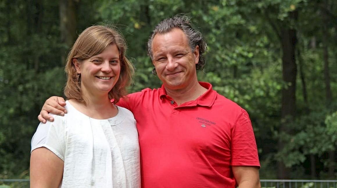 In ihrem Garten fühlen sie sich wohl: Martina und Alexander Koch aus Senden