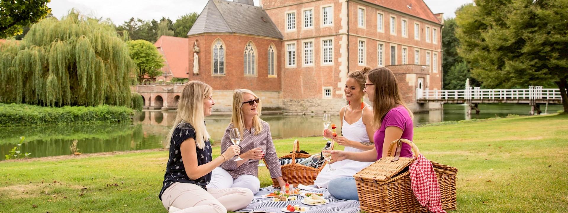 Picknicken im Park der Burg Hülshoff Das Hülshoff-Picknick