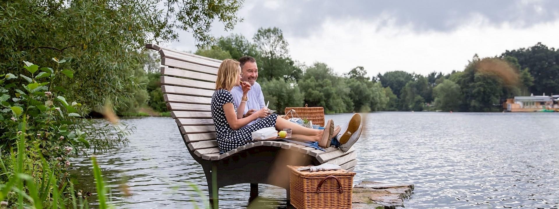 Entspannung auf dem Wasser Picknick auf der Aasee-Liege