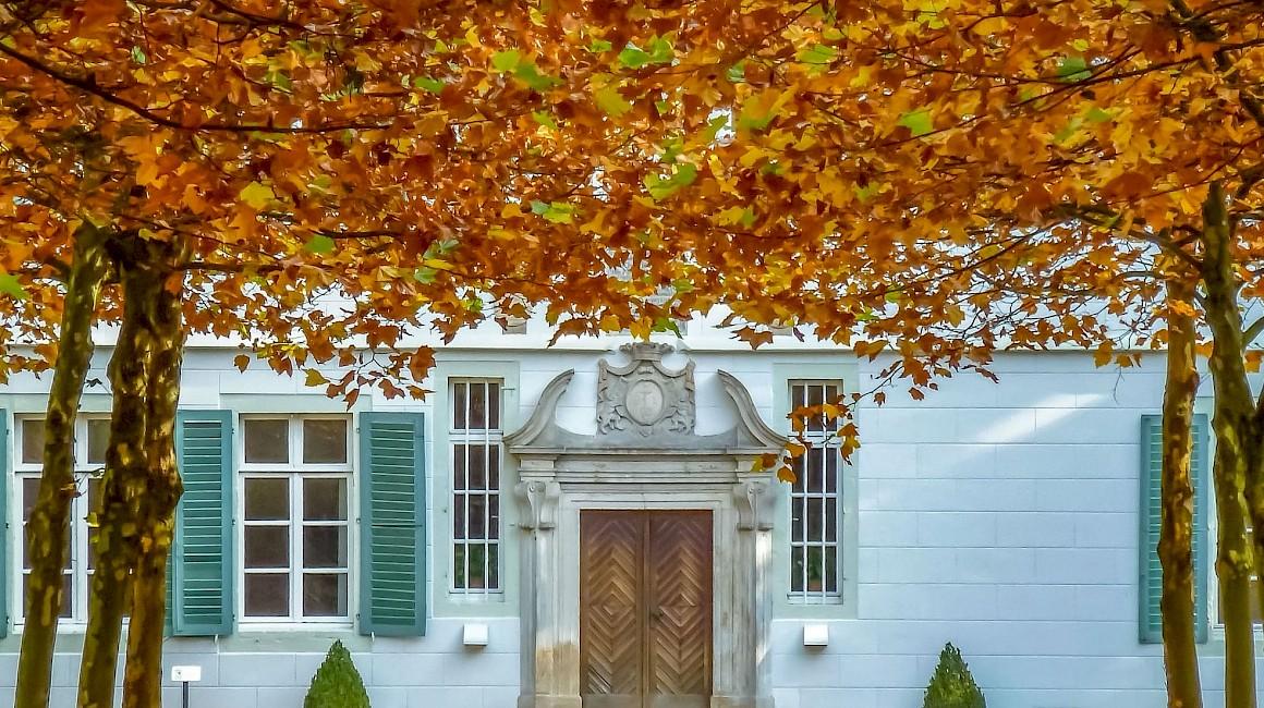 Prachtvoll strahlt der Zugang zum Kloster Bentlage in der Herbstsonne