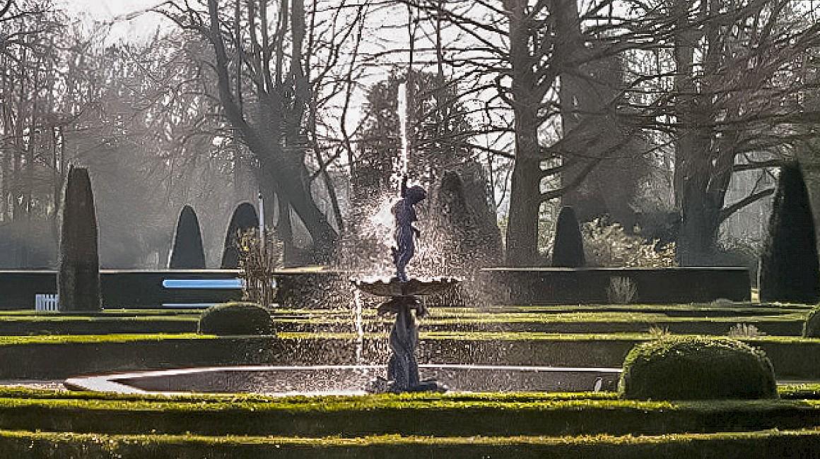 Verspielte Elemente im Schlosspark der Wasserburg Anholt