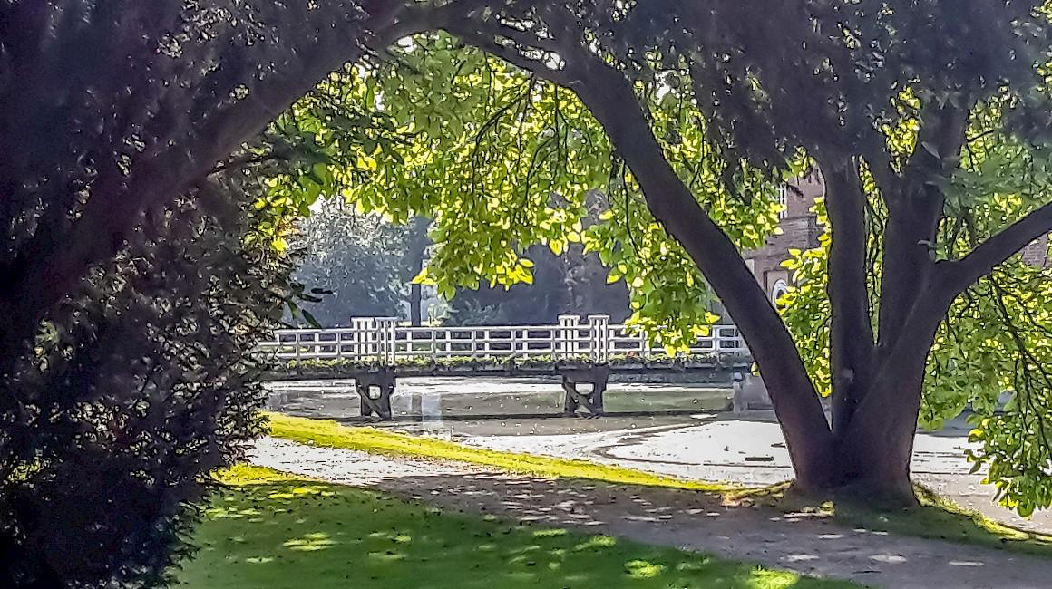 Schöne Blickachsen ergeben sich im Park an der Burg Hülshoff