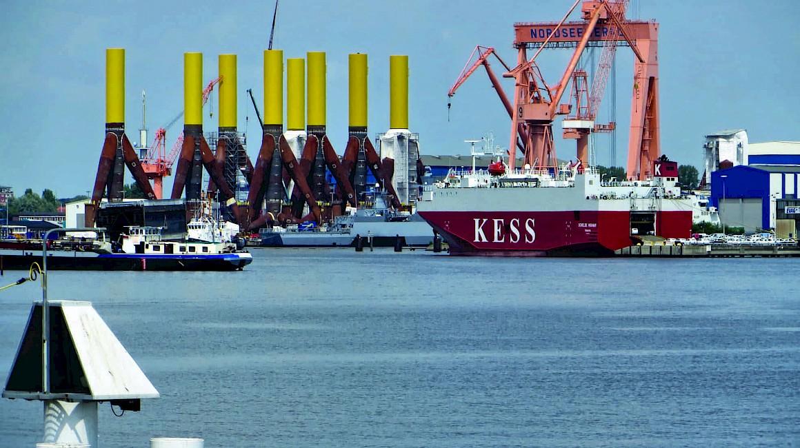 Em Ende des EmsRadweges wartet der Seehafen von Emden
