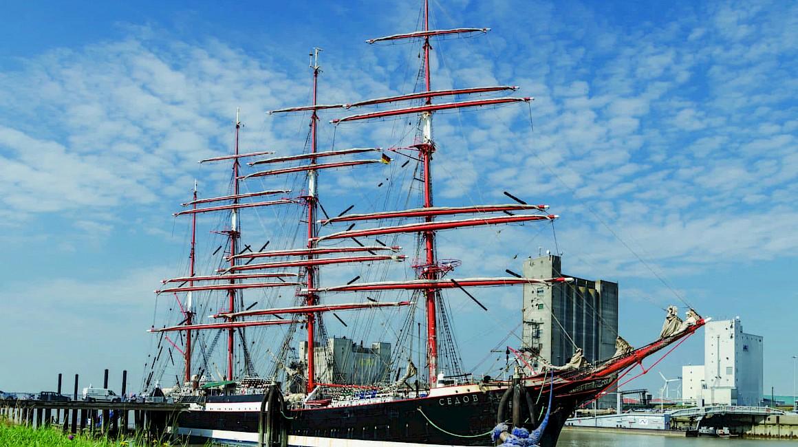 Ein Segler besucht den Hafen von Emden am Endpunkt der Radroute