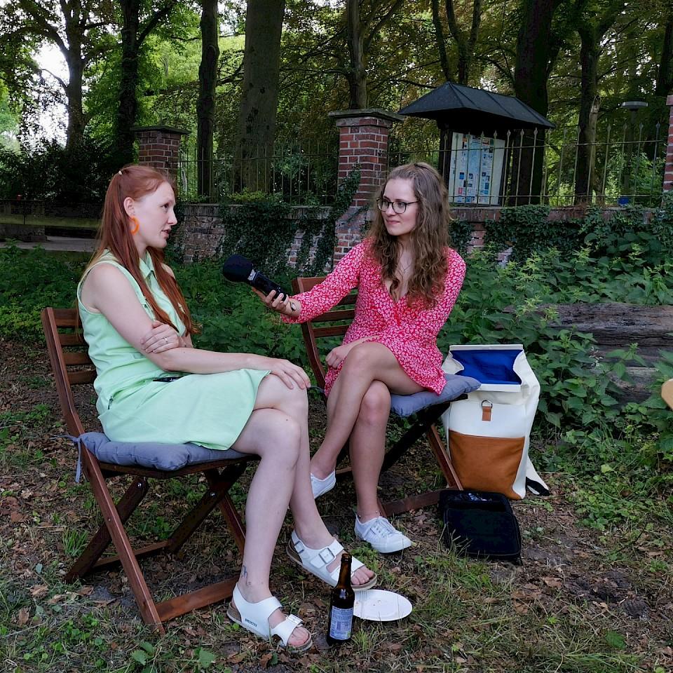 Anna-Ida met regionale schrijfster Charlotte Krafft