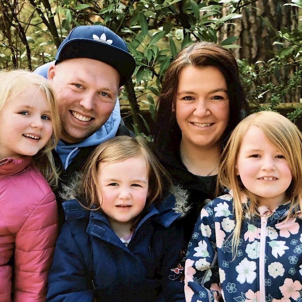 Dana und Laurin Kux mit ihren drei Töchtern.
