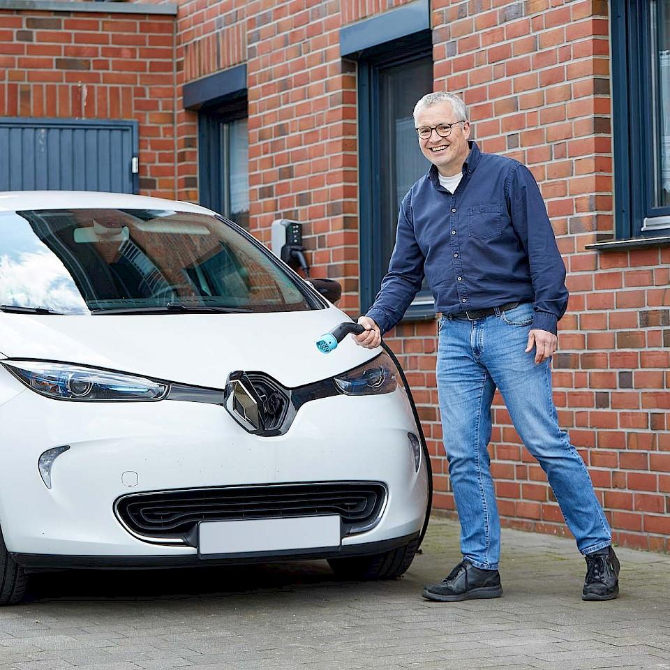 Norbert Gesing tankt sein E-Auto