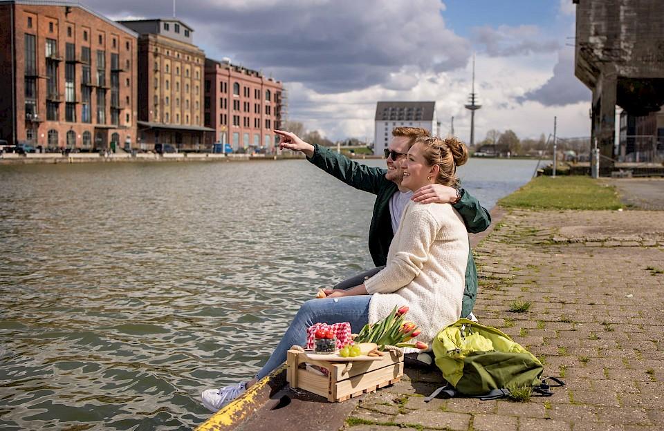 Beim Picknick an Münsters Stadthafen macht die Mischung aus umgebauten Speicherhäusern und moderner Architektur den besonderen Reiz aus.