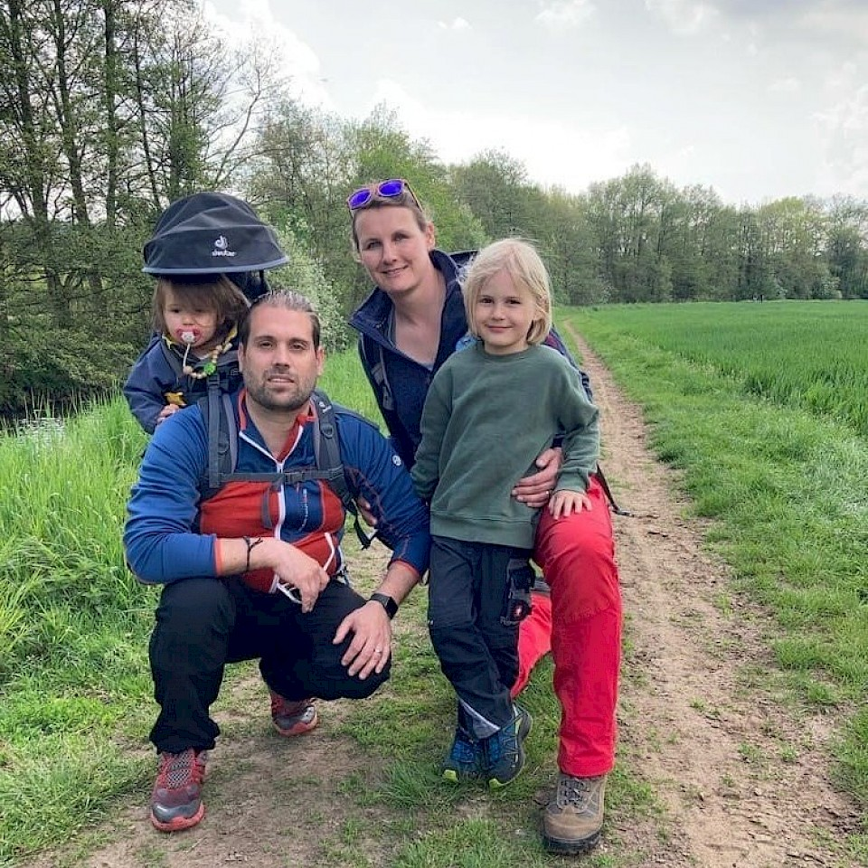Nora und Thorben Marks mit ihren beiden Kindern.