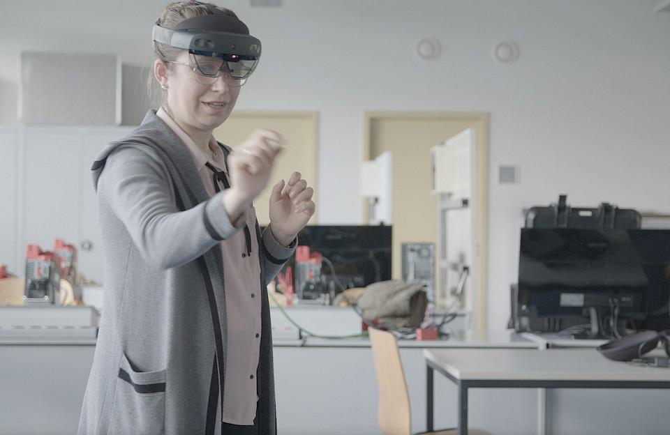 Eine der Denkfabrik-Teilnehmer mit VR-Brille.