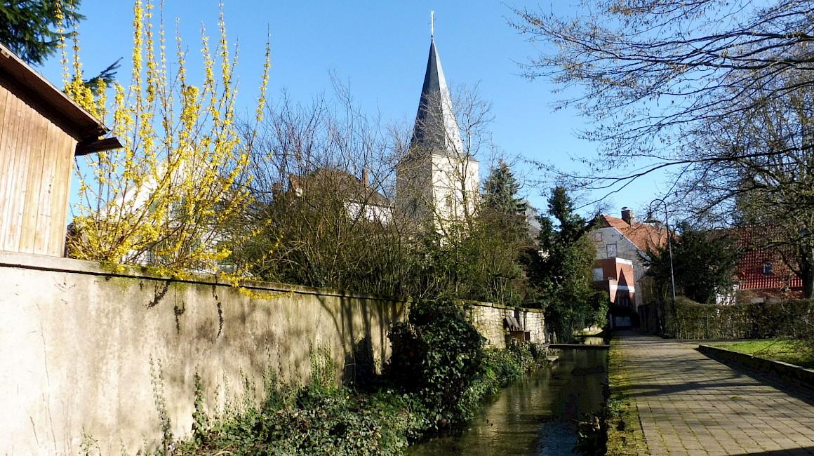 Schon von weitem sichtbar - die Kirche von Laer