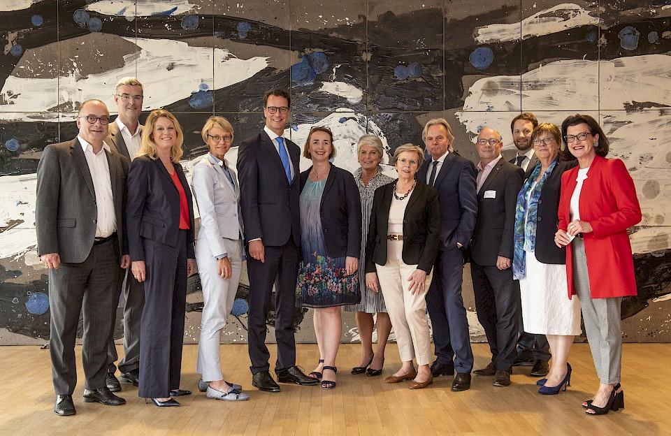 Die Geschäftsführerinnen und Geschäftsführer der Regionen NRWs mit den politischen Akteuren des Abends.