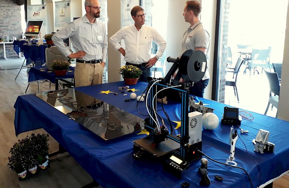 Auch viele Unternehmer aus dem Münsterland waren mit Unterstützung von iPro-N an der Entwicklung innovativer Produkte beteiligt, zum Beispiel (v.l.) Stefan Hagedorn (Hagedorn Software Engineering GmbH, Warendorf), Johannes Gellenbeck (Tischlerei Gellenbeck, Heek) und Jan Schuboth (3-D.services GmbH, Gronau). Vor ihnen am Tisch wurde das 3D-Druckverfahren demonstriert.